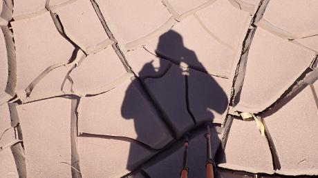 Unwegsames Gelände, wie hier dieses vertrocknete und steinharte Lehmboden, galt es für Viktor Reger zu bewältigen. Der Oberbernbacher lief 250 Kilometer durch die Atacama-Wüste in Chile. Für den 39-Jährigen war es nicht der erste Mararthon dieser Art.