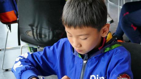 Zuzeln oder schneiden? Dieser junge Chinese hat sich für das Besteck entschieden, um die Weißwurst zu essen. Diese gab es für die chinesische Delegation, die beim FC Memmingen zu Gast war, in der Stadiongaststätte.