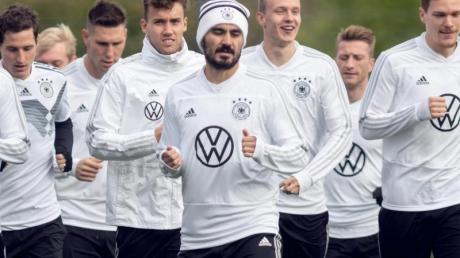 Zurück im DFB-Training: Ilkay Gündogan (M). Foto: Bernd Thissen/dpa