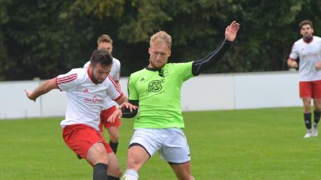 Maximilian Schütt (grün) und der FC Stätzling II treten in Aresing an, Dominik Hack (links) und der SV Ottmaring am Samstag daheim gegen Affing II.