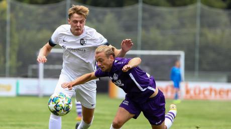 Geriet zuletzt mächtig ins Stolpern: Nach fünf sieglosen Spielen ist der VfR Neuburg mit Dominik Schröder (rechts) am heutigen Samstag beim SV Egg an der Günz zu Gast.