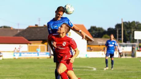 Umkämpfte Liga: Christoph Hollinger (vorne), hier im Spiel gegen den SC Ichenhausen (Andreas Beckmann), empfängt mit dem FC Ehekirchen am Sonntag Mitaufsteiger SV Bad Heilbrunn.