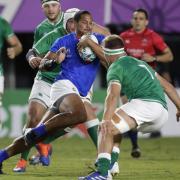 Ed Fidow (M) aus Samoa versucht an den irischen Gegenüber vorbeizukommen. Foto: Aaron Favila/AP/dpa