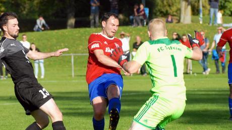 Vor dem Tor des FC Silheim (in rot) wurde es gegen den SV Offenhausen oftmals brenzlig – was teils an der Defensive lag.