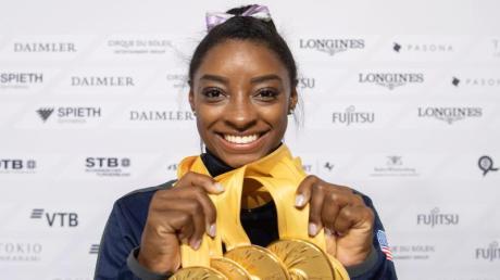 Simone Biles aus den USA posiert mit ihren fünf Goldmedaillen bei der WM. Foto: Marijan Murat/dpa