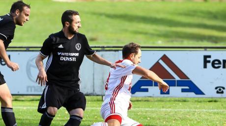 Trennten sich 2:2-Unentschieden: Hier holt Straß´ Petrit Osmani (links)) Bernd Brugger vom SV Echsheim-Reicherstein von den Beinen.
