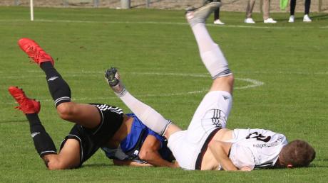 Gut, dass sich hier keiner verletzt hat: Burgheims Lion Holler (links) und Untermaxfelds Ray Bishop landen nach einem Zweikampf unsanft auf dem Boden. Ihre Teams trennten sich 0:0.