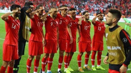 Nach dem Sieg in der EM-Qualifikation über Albanien salutieren einige türkische Spieler vor den Fans. Foto: Mahmut Burak Burkuk - Depo/Depo Photos via ZUMA Wire/dpa