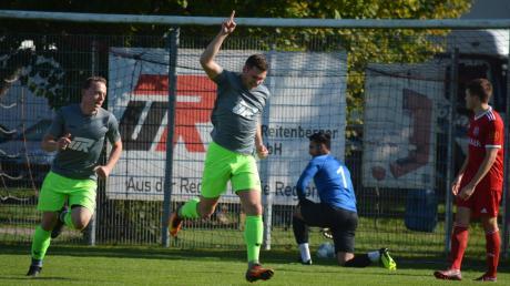 Jubelnd dreht Altenmünsters Siegtorschütze Patrick Pecher (Mitte) gemeinsam mit Teamkollege Manfred Glenk (links) ab, nachdem er gerade dem Hollenbacher Torwart Jozo Denk den Ball ins Netzt gelegt hatte.