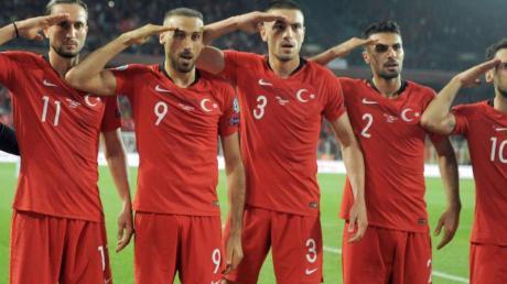 Jubel mit Folgen: Die Türkei-Spieler beim Sieg gegen Albanien. Foto: Uncredited/AP/dpa