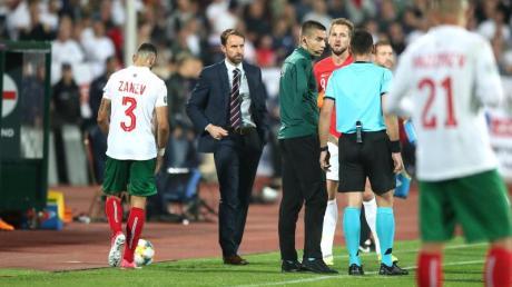 Coach Gareth Southgate (l) und Harry Kane (M) besprechen sich wegen rassistische Gesänge mit dem Schiedsrichter. Foto: Nick Potts/PA Wire/dpa