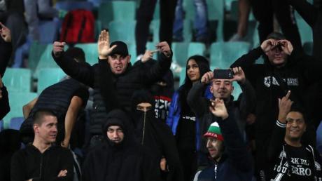 Eine Schande für den Fußball: Bulgarische Fans beim Spiel gegen England. Foto: Nick Potts/PA Wire/dpa