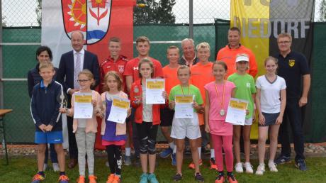 Landrat Martin Sailer nahm die Siegerehrung bei den Jugend-Landkreismeisterschaften im Tennis vor.