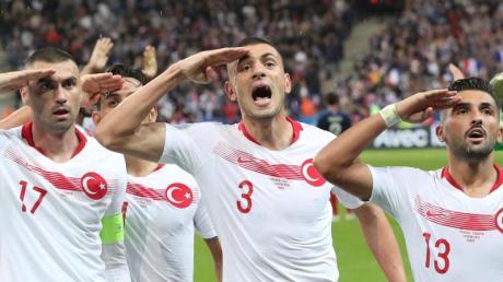 Die türkischen Spieler salutierten nach dem Spiel in Frankreich. Foto: Thibault Camus/AP/dpa