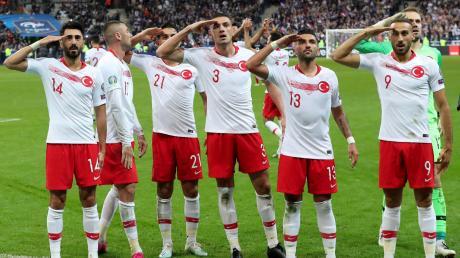 Türkische Fußball-Nationalspieler feierten im WM-Qualifikationsspiel gegen Frankreich ein Tor mit einem Militärgruß, der offenbar der türkischen Militäroffensive in Syrien galt. Dort bekämpft die türkische Armee kurdische Truppen.