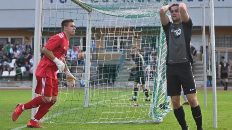 Der TSV Dinkelscherben (links Torhüter Tobias Weber) hat sich mit drei Siegen in Folge wieder gefangen. Beim TSV Zusmarshausen (rechts Johannes Link) brach zuletzt alles wie ein Kartenhaus zusammen.