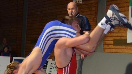 Moritz Zeitler (rotes Trikot) will mit dem TSC Mering gegen Westendorf II einen Sieg holen.