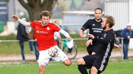 Erzielte beim 2:1-Erfolg gegen den SV Straß (rechts Matthias Forster) den zwischenzeitlichen 1:1-Ausgleich: Rennertshofens Torjäger Philipp Stadler (links).
