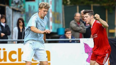 Machte im Heimspiel gegen den TSV Ober-/Unterhausen mit seinem Treffer zum 3:0-Endstand in der Nachspielzeit endgültig den Deckel drauf: Rohrenfels' Tobias Aksentic (links/hier gegen Oberhausens Alexander Heinle).
