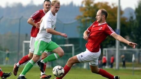 Weder Michael Schrettle (rechts) noch Martin Wenni (im Hintergrund) konnten den FC Horgau aufhalten. Mit einem 3:0-Sieg gegen den SSV Anhausen setzten sich die Kleeblätter an die Spitze. Patrick Mayer erzielte dabei den Endstand.