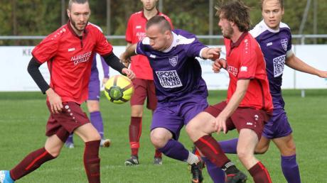 Der TSV Dasing II um Marco Richter und Benedikt Dengler setzte sich beim TSV Mühlhausen – in der Mitte Krzysztof Dudek (lila Trikot) und rechts Florian Haug – knapp mit 3:2 durch.