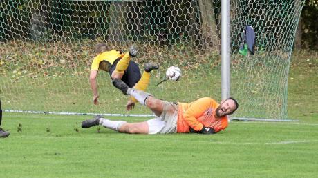 Das hat wehgetan! Hier konnte Westendorfs Keeper Henning Endruweit noch gegen Fabian Meisinger vom SC Biberbach abwehren, doch am Ende gab es eine 0:2-Derbyniederlage. Foto: Karin Tautz