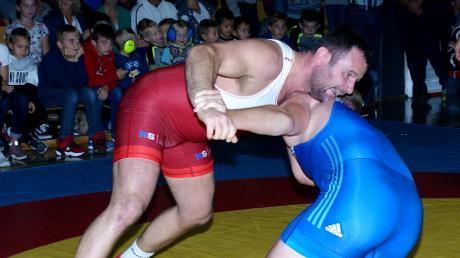 Einen ganz wichtigen Sieg für die Moral feierte Radoslaw Siejak (rotes Trikot) bis 98 Kilo im freien Stil. Er läutete damit die Meringer Aufholjagd gegen Westendorf II ein.