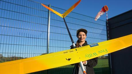 Anna Schütz, 13 Jahre, nutzt die herbstlichen Sonnenstrahlen fürs Training am Burgauer MFC-Gelände, bevor die Saison zu Ende geht. Im August wurde die Offingerin Juniorenweltmeisterin im Modellflug der Klasse F5J. Die Abkürzung bezeichnet Thermik-Segelflugmodelle mit Elektromotor-Unterstützung.