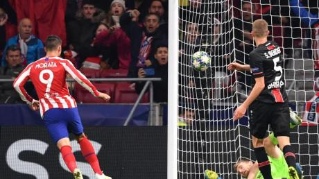 Atléticos Alvaro Morata (l) trifft zum Siegtreffer. Foto: Marius Becker/dpa