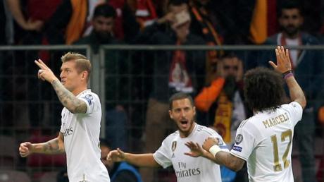 Real Madrids Toni Kroos (l) war der Matchwinner gegen Galatasaray Istanbul. Foto: Uncredited/AP/dpa