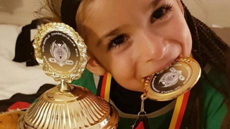 Laora Kljajcin mit Siegerpokal und Medaille.