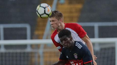 Als kopfballstarker Abwehrspieler hat Lasse Jürgensen einen Stammplatz in der U23 des FC Augsburg. Mit seiner Freundin Kathi lebt er in Thierhaupten – wenn sie nicht gerade auf Reisen sind, wie hier in Sri Lanka.