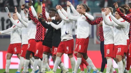 Die Leipzig-Spieler feiern den Sieg gegen St. Petersburg mit ihren Fans. Foto: Jan Woitas/dpa-Zentralbild/dpa