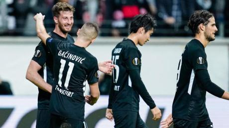 David Abraham (l) brachte Eintracht Frankfurt mit 1:0 in Führung. Foto: Uwe Anspach/dpa