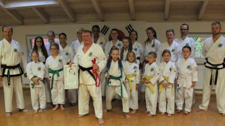 Die Taekwon-Do-Gemeinschaft Zusamzell nach der Graduierung von Robert Unger (Mitte mit Urkunde) zum traditionellen Taekwon-Do-Meister.