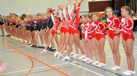 Zahlreiche Turnerinnen und Turner zeigten in Lauingen ihr Können. Im Bild sind die D-Schülerinnen zu sehen, vorne die Mannschaft des TSV Wittislingen.
