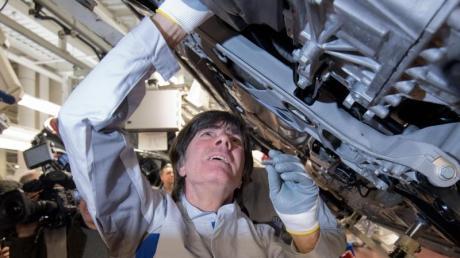 Joachim Löw einen Gelenkenwellenschutz an einen neuen Volkswagen Golf 8. Foto: Julian Stratenschulte/dpa