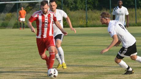 In der Hinrunde hatten Fränky Rajic (weißes Trikot, Mitte) und Patrick Bülles (rechts) gegen den TSV Haunstetten (am Ball Christoph Stelzner) das Nachsehen. Im Rückspiel am Samstag stehen die Friedberger unter dem Druck des Gewinnen-Müssens.