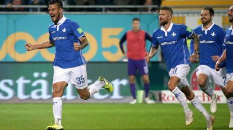Darmstadts Dario Dumic (l) feiert sein Tor zum 1:0-Endstand gegen Erzgebirge Aue. Foto: Hasan Bratic/dpa