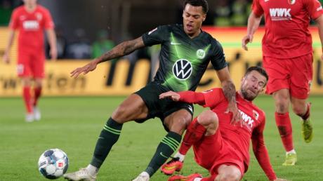 Wolfsburgs Lukas Nmecha und FCA-Kapitän Daniel Baier liefern sich hier ein Duell um den Ball. Am Ende blieb Augsburg zum ersten Mal ohne Gegentor.
