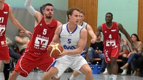 Jonas Zink (am Ball) und seine Teamkollegen vom TV Augsburg lieferten sich ein spannendes Derby mit der BG Leitershofen-Stadtbergen II, das die Gäste mit 79:75 gewannen.
