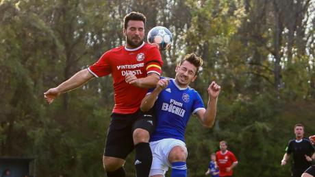 Kapitän gegen Spielertrainer: Fabian Pallmann (links) und der SV Wagenhofen-Ballersdorf holten überraschend ein 2:2 bei der SpVgg Joshofen-Bergheim (Jonas Zeller).