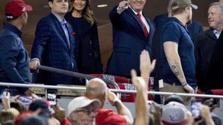 Ehrengäste:Donald Trump (M) und Frau Melania (3.v.l) beim Baseball in Washington.