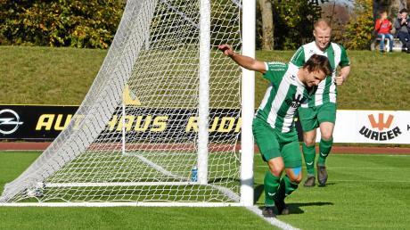 Grund zum Jubeln hatten (von links) Manuel Müller und Philipp Schmid in der abgelaufenen Landesliga-Vorrunde genügend. Mit dem FC Gundelfingen grüßen sie sensationell von der Tabellenspitze – und beide traten beim jüngsten 3:1-Sieg gegen den 1. FC Garmisch-Partenkirchen auch als Torschützen in Erscheinung.