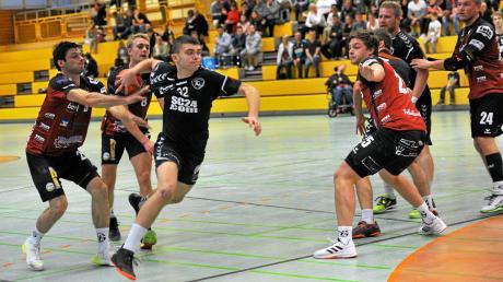Der Gundelfinger Markus Schreitt kann den Niederraunauer Oliver Blösch nur durch ein Trikotvergehen bremsen. 90 Sekunden vor Spielende erzielte Blösch dann den Treffer zum Endstand und entschied damit eine lange umkämpfte Landesliga-Partie.