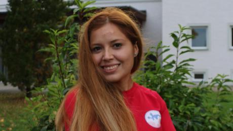 Im Trikot des chilenischen Handballverbands posiert Paulina Candia vor dem Ursberger Wahrzeichen, dem Turm der Kirche St. Johannes Evangelist. Ursberg ist für die 26-Jährige zur zweiten Heimat geworden.