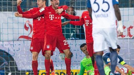 Thomas Müller (M)sorgte in Bochum für das Siegtor des FC Bayern. Foto: Guido Kirchner/dpa