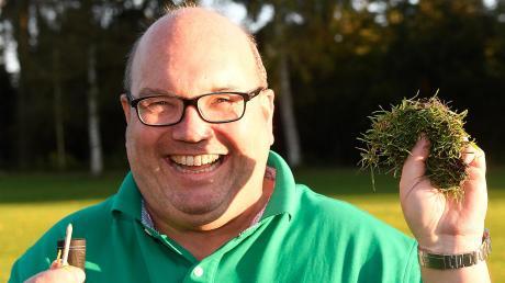Das Stück Wiese, das weiter flog als der Ball: Sportredakteur Jan Kubica hat trotz Tee-Unterstützung mächtig daneben gehauen. Das Grün fügte er nach seinem Fehlschlag wieder in die Botanik ein.