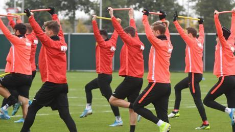 Strecken und dehnen zum Aufwärmen: So gingen die Spieler des FC Augsburg die erste Übungseinheit in der neuen Trainingswoche an.