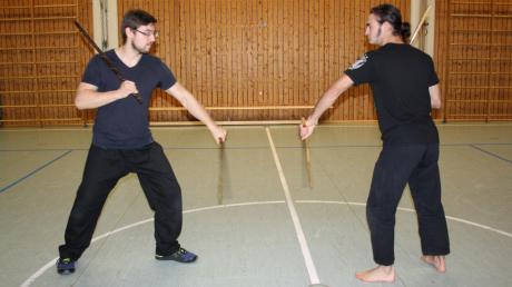 Trainer Daniel Miller (links) und Philipp Mahler in einer Übungsszene der philippinischen Kampfsportart Kali mit zwei Stöcken.